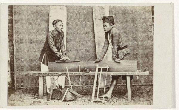 Portret van een van twee Indische timmerlieden. From rijksmuseum.nl